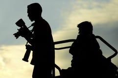 Dos fotógrafos en la oscuridad Imágenes de archivo libres de regalías
