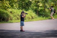 Dos fotógrafos que intentan filmar pájaros Fotos de archivo libres de regalías