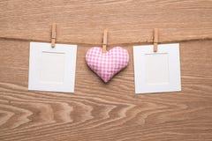 Dos fotos inmediatas en blanco con los corazones Imagen de archivo