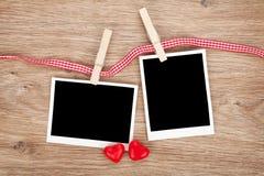 Dos fotos inmediatas en blanco con los corazones del caramelo Imágenes de archivo libres de regalías