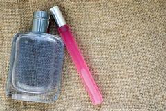 Dos frascos atractivos del cologne de la moda brillante de cristal hermosa, perfuman rectangular delgado y azul rosado con el peq foto de archivo libre de regalías