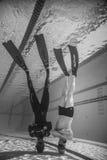 Dos freedivers al revés al fondo de la piscina apenas para Fotografía de archivo libre de regalías