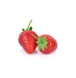 Dos fresas se cierran para arriba en el fondo blanco Foto de archivo libre de regalías