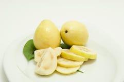 Dos frutas de guayaba con las rebanadas fotografía de archivo