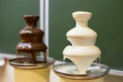 Dos fuentes del chocolate imagen de archivo