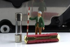 Dos fusibles con un modelo miniatura de un topógrafo Fotografía de archivo libre de regalías