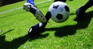 Dos futbolistas que pegan una bola en el campo almacen de metraje de vídeo