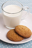 Dos galletas con un vidrio de leche Imagen de archivo