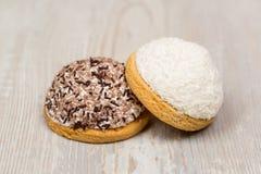 Dos galletas deliciosas redondas en la tabla Fotografía de archivo