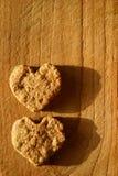 Dos galletas en forma de corazón Imágenes de archivo libres de regalías