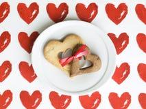 Dos galletas en forma de corazón atadas juntas Imagen de archivo libre de regalías