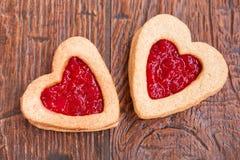 Dos galletas en forma de corazón con el atasco Imagen de archivo libre de regalías