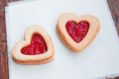 Dos galletas en forma de corazón con el atasco Imagenes de archivo