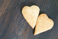 Dos galletas en la forma del corazón en la tabla Imagenes de archivo