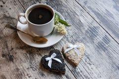 Dos galletas que se casan con el sésamo blanco en la tabla vieja. Imagenes de archivo