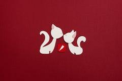 Dos gatos con applique rojo del corazón Fotografía de archivo libre de regalías