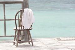 Dos gaviotas que se colocan en la playa en salida del sol de la madrugada con marea fotografía de archivo libre de regalías