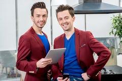 Dos gemelos de los hermanos que trabajan en el restaurante Imagen de archivo libre de regalías