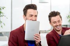 Dos gemelos de los hermanos que trabajan en la oficina Foto de archivo libre de regalías