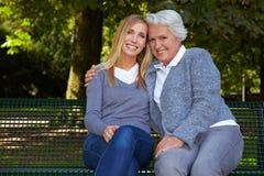 Dos generaciones felices al aire libre Imagenes de archivo