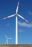 Dos generadores de potencia del molino de viento Imagenes de archivo