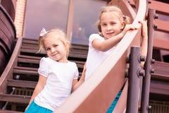 Dos gilrs felices lindos al aire libre Fotos de archivo
