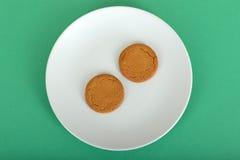 Dos Ginger Nut Biscuits en una placa Fotografía de archivo libre de regalías