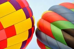 Dos globos coloridos del aire caliente Foto de archivo libre de regalías