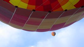 Dos globos del aire caliente que se encuentran en el cielo almacen de metraje de vídeo