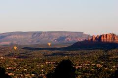 Dos globos del aire caliente sobre el valle de Sedona, Arizona Imágenes de archivo libres de regalías