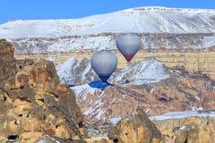 Dos globos en un fondo de montañas de Capadocia Turquía Fotos de archivo libres de regalías