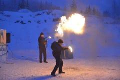 dos gnomos cosplay de los individuos, demostración del fuego, República de Karelia, parque de la montaña de Ruskealla, 07/01/2019 imagen de archivo