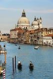 Dos Gondoleers en Grand Canal, Venecia Italia Foto de archivo