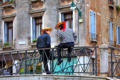 Dos gondoleros en el puente en Venecia. imagenes de archivo