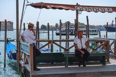 Dos gondoleros en embarcadero de la góndola en Venecia, Italia, Europa foto de archivo