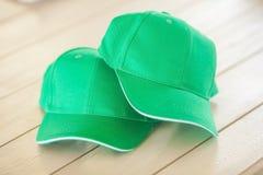 Dos gorras de béisbol verdes Fotografía de archivo libre de regalías