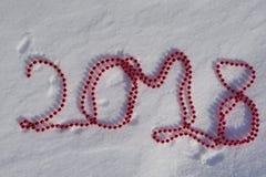 2018 dos grânulos vermelhos do Natal na neve Foto de Stock Royalty Free