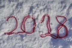 2018 dos grânulos vermelhos do Natal na neve Foto de Stock