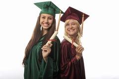 Dos graduados de la universidad de la hembra imágenes de archivo libres de regalías