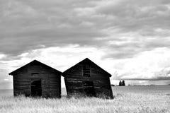 Dos graneros de madera viejos imagenes de archivo