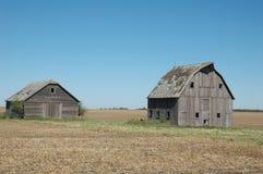 Dos graneros descolorados en Nebraska Fotos de archivo