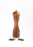 Dos granos de pimienta y amoladoras de pimienta Imágenes de archivo libres de regalías