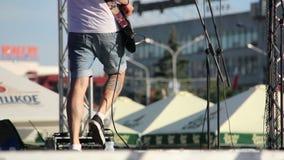 Dos guitarristas saltan en la etapa en la calle metrajes