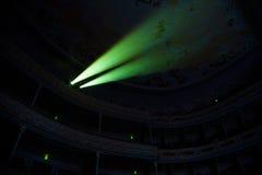 Dos haces en sala de conciertos oscura Imagen de archivo libre de regalías