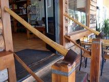 Dos hachas martillaron en los posts de madera que formaban los carriles de mano encima de pasos en una tienda Imágenes de archivo libres de regalías