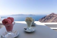 Dos helados del helado en la tabla con la vista del mar Mediterráneo Foto de archivo