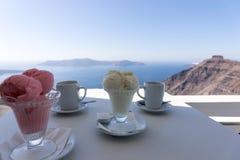Dos helados del helado en la tabla con la vista del mar Mediterráneo Foto de archivo libre de regalías