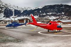 Dos helicópteros en el aeropuerto de St Moritz Switzerland listo para sacar Foto de archivo libre de regalías