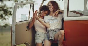 Dos hembra joven de 90 s tienen una frialdad hacia fuera, sentándose en su autobús retro, y tienen un buen rato junto 4K metrajes