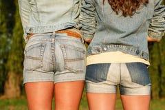 Dos hembras en jeanswear fotografía de archivo libre de regalías